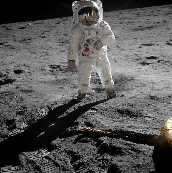 1969년 7월 20일 달에 도착한 아폴로 11호의 착륙 모듈 이글호에서 내린 버즈 올드린의 헬멧 유리에 닐 암스트롱의 모습이 비치고 있다. [사진 NASA]