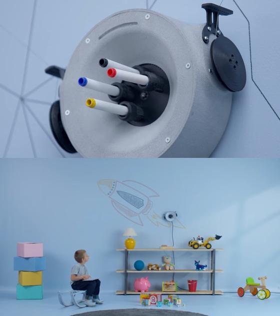 이미지와 텍스트를 그리고 지울 수 있는 지능형 필기 로봇 스크리빗. 내부 엔진을 탑재한 스크리빗은 못 2개와 전원 플러그 1개만 있으면 간단히 설치하여 원하는 벽을 디자인할 수 있다. [사진 Scribit-design 유튜브]