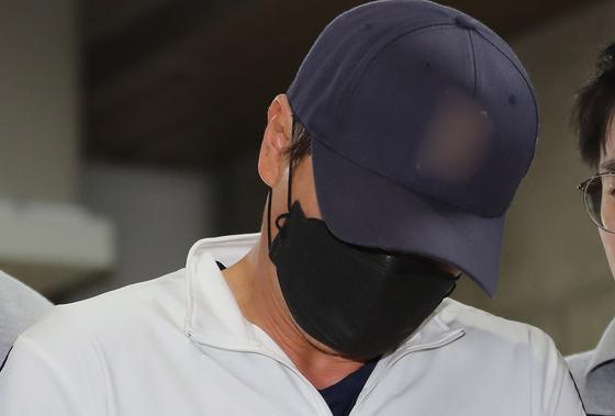 서울 신림동에서 혼자 사는 여성의 집에 침입해 성폭행을 시도한 혐의를 받는 40대 남성이 15일 오후 구속 전 피의자 심문을 받기위해 서울중앙지법으로 들어서고 있다. [연합뉴스]