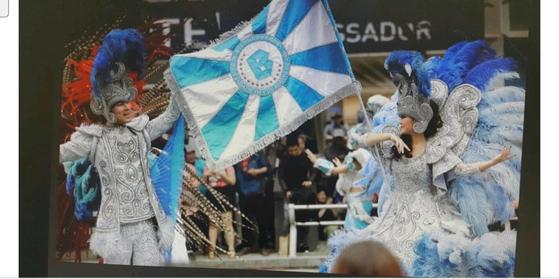 2016년 대구컬러풀페스티벌에 참가한 한 팀이 욱일기를 연승시키는 깃발을 흔들고 있다. [사진 김병태 대구시의원]
