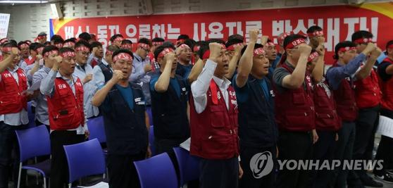 대전 시내버스 파업을 하루 앞둔 16일 한국노총 대전지부 대강당에서 대전시지역버스노동조합 관계자들이 파업 출정식을 하고 있다. [연합뉴스]