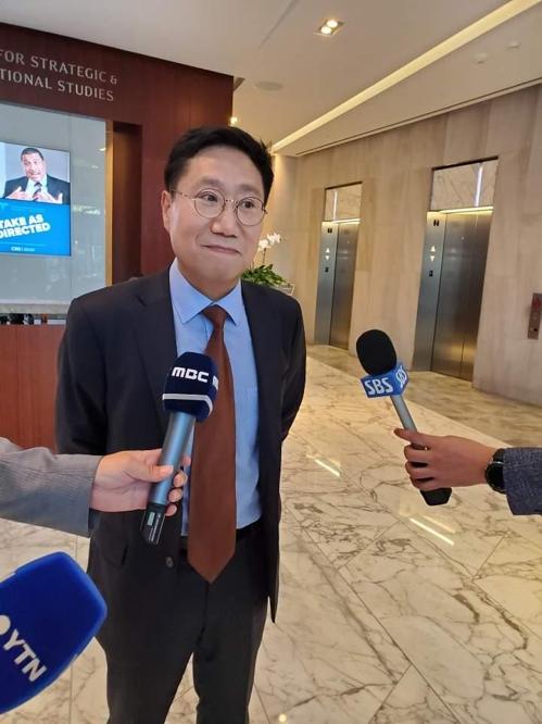 미국을 방문한 양정철 민주연구원장이 15일 CSIS 조찬 미팅에 들어가기에 앞서 기자들과 질의응답을 하고 있다. [연합뉴스]