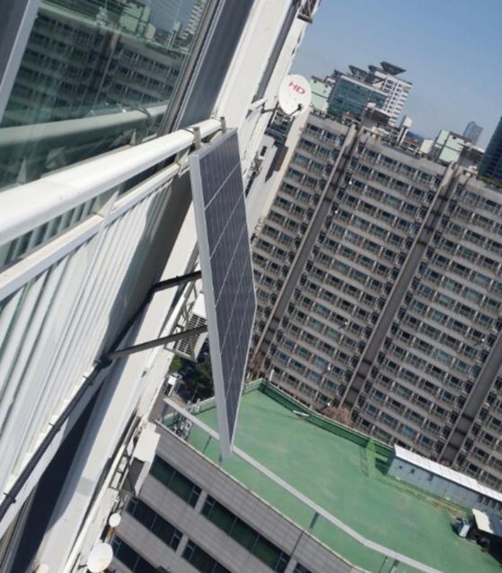아파트 베란다에 설치되어 있는 260W짜리 가정용 미니 태양광발전소.  [중앙포토]