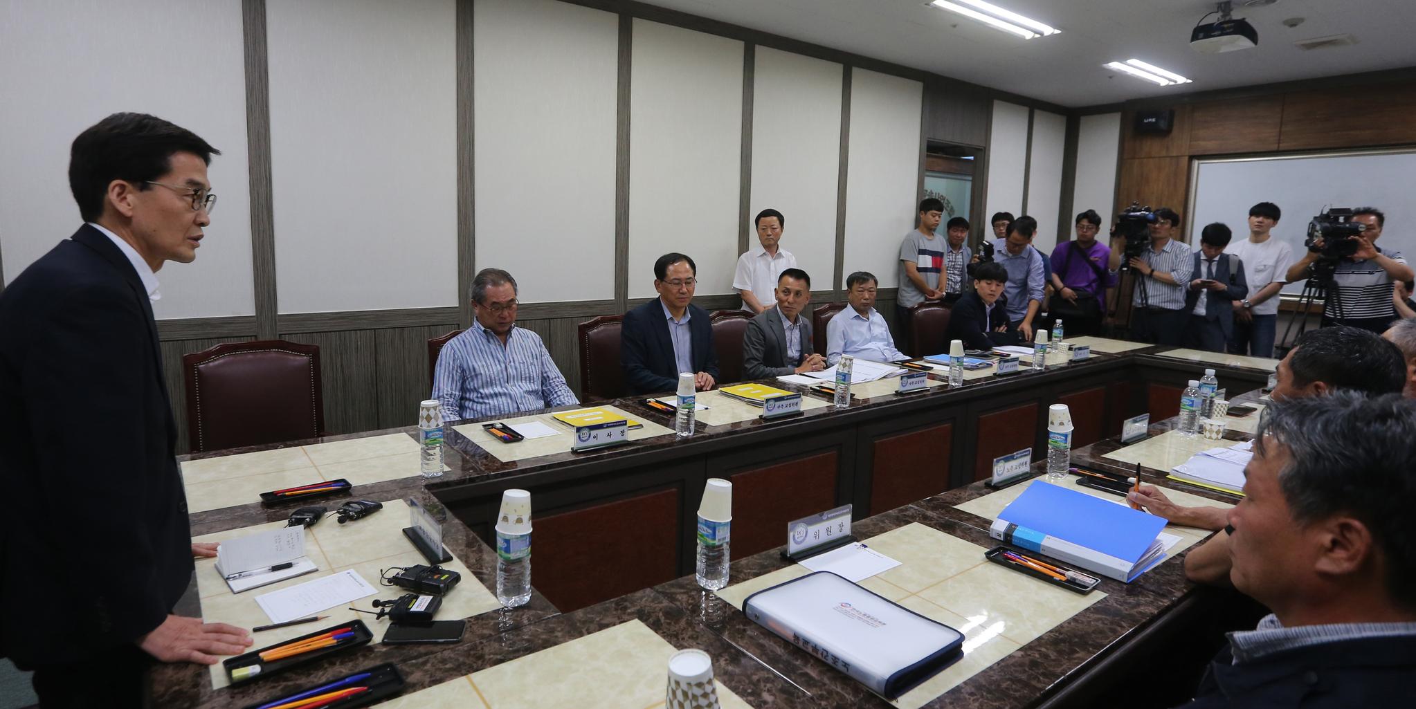 대전 시내버스 파업을 하루 앞둔 16일 대전시버스운송사업조합 회의실에서 노사정 간담회가 열리고 있다. [연합뉴스]