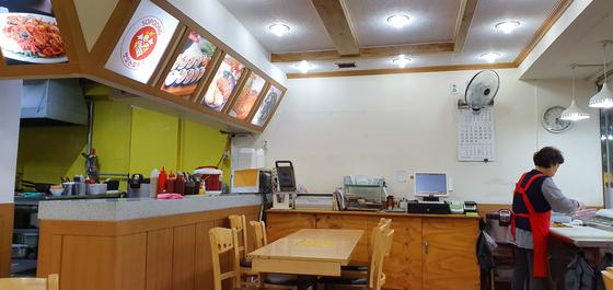 지난해 1월 당시 장하성 대통령 정책실장이 방문했던 서울 신림동의 분식집 내부가 썰렁하다. 장세정 기자