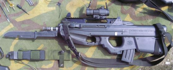 불펍 소총인 FN의 F2000에도 착검을 할 수 있다. [사진 farm4.staticflickr.com]