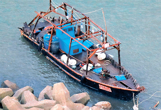 지난해 11월 24일 일본 아키타현 유리혼조시 방파제에 표류해 있는 어선. [교도=연합뉴스]