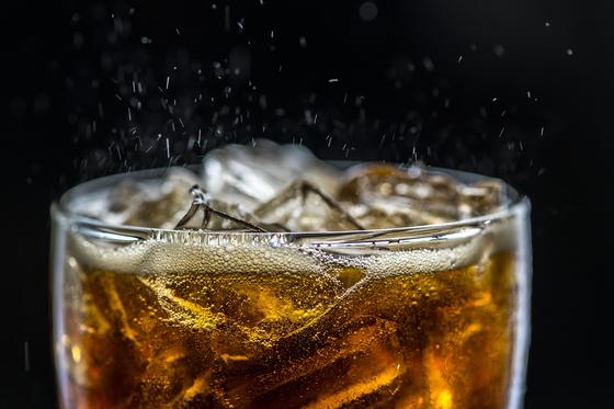 콜라텍의 이름에 '콜라'가 들어간다는 이유로 이곳에서 음료만 마시진 않는다. 콜라텍에는 콜라뿐만 아니라 다양한 음식과 주종이 마련돼 있다. 춤을 추다가도 즐겁게 먹고 마실 수 있도록 구비한다. [사진 pixabay]