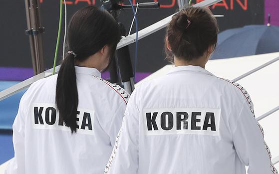 여자 수구 대표팀 선수들의 트레이닝복에는 'KOREA'라는 글자가 덧대어 있다. [뉴시스]
