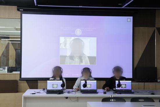 경복대 'AI 면접' 시연회에 참여한 학생들이 모니터를 응시하며 인공지능과 면접을 보고 있다. [사진 경복대]