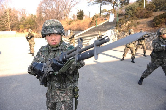 육군사관학교 신입생이 기초 군사훈련에서 총검술 훈련을 받고 있다.  [사진 육군]