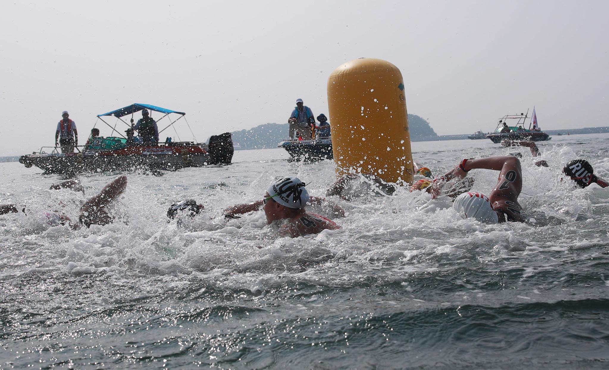 14일 여수 엑스포 해양공원 오픈워터 수영 경기장에서 열린 오픈워터수영 여자 10km 경기에서 선수들이 역영하고 있다. [연합뉴스]