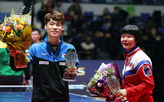 15일 오후 인천 남동체육관에서 열린 '2018 국제탁구연맹(ITTF) 월드투어 그랜드파이널스' 혼합복식 결승전에서 준우승을 차지한 남북단일팀 장우진과 북측 차효심이 트로피를 들어보이고 있다. [뉴스1]