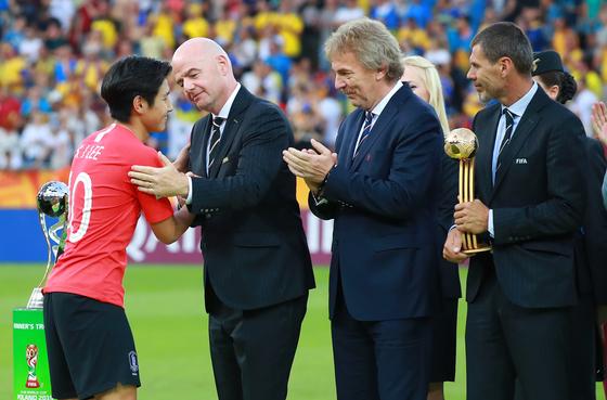 U-20 월드컵 시상식에서 이강인(맨 왼쪽)의 골든볼 수상을 축하하는 잔니 인판티노 국제축구연맹 회장(왼쪽 두 번째). [연합뉴스]