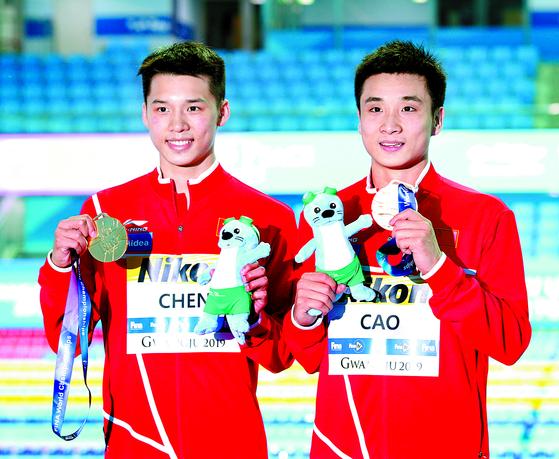 15일 남자 10m 싱크로 플랫폼에서 우승한 천아이썬(왼쪽)과 차오위안. [연합뉴스]