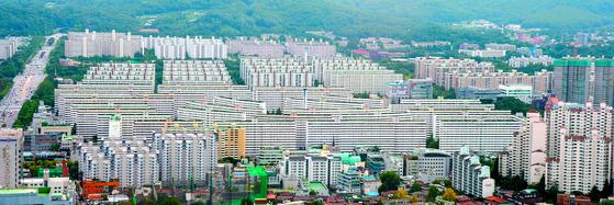 재건축 대장주인 서울 대치동 은마아파트의 모습. 민간택지 분양가 상한제가 시행되면 사업승인 이전 단계에선 상한제를 벗어나기 어렵다. [뉴스1]