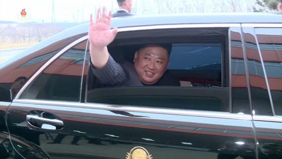 지난 4월 25일 북·러 정상회담을 위해 러시아 블라디보스토크를 방문한 김정은 북한 국무위원장이 전용 차량인 벤츠 마이바흐 S600 풀만에 탑승해 창을 내리고 손을 흔들고 있다. [뉴시스]