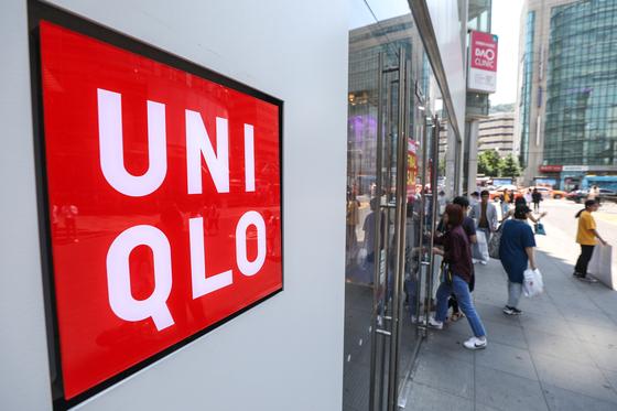 유니클로 모기업인 일본 패스트리테일링이 16일 사과 입장을 밝혔다. 사진은 4일 오후 서울 중구 유니클로 명동점 모습. [뉴스1]