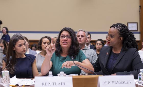 """미 하원 정부감독개혁위원회가 12일 주최한 트럼프 행정부의 난민시설 자녀분리 실태에 관한 청문회에서 알렉산드리아 오카시오 코르테즈(왼쪽), 라시다 틀레입(가운데), 아야나 프레슬리(왼쪽) 의원이 증언하고 있다. 트럼프 대통령은 14일 트위터에 이들 3명과 일한 오마르 의원을 포함한 민주당 진보 4인방을 향해 """"당신네 나라로 돌아가라""""라고 적었다.[EPA=연합뉴스]"""