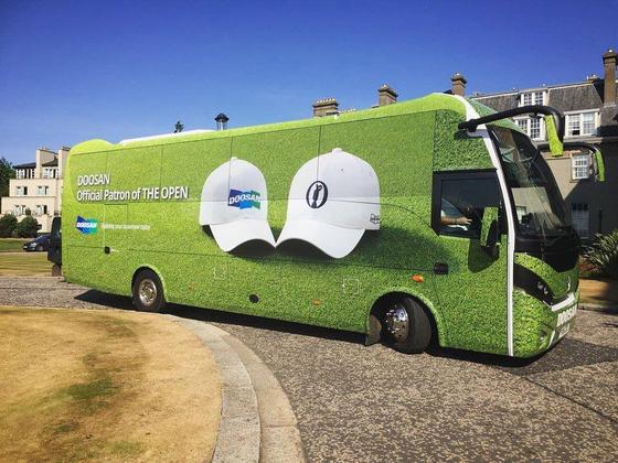지난해 열린 디오픈 챔피언십에서 두산그룹 로고가 랩핑된 버스가 주차돼 있다. [사진 두산그룹]