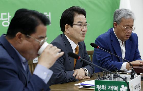 정동영 민주평화당 대표가 16일 오전 서울 여의도 국회에서 열린 제70차 의원총회에서 모두발언을 하고 있다. [뉴스1]