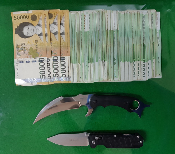 러시아 범죄조직원으로부터 압수한 흉기와 현금. [사진 경찰청]