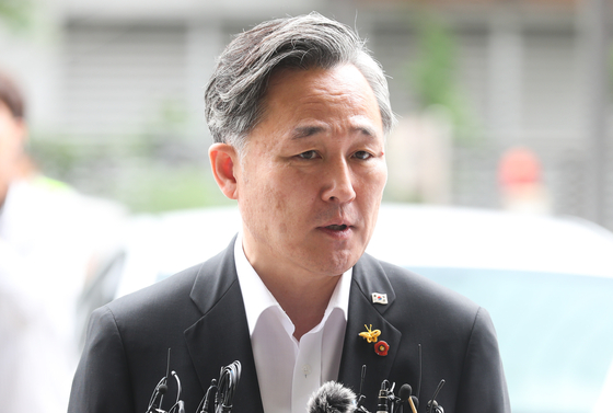 표창원 더불어민주당 의원이 조사를 받기 위해 17일 오전 서울 영등포경찰서에 출석하며 취재진 질문에 답하고 있다. [연합뉴스]