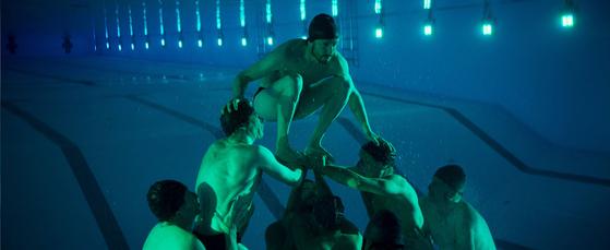밖에선 안 보여도 물 속에선 이런 각고의 노력이 이뤄진다. 맨 아래에서 받쳐주는 사람은 발군의 잠수실력이 필수다.[사진 엣나인필름]