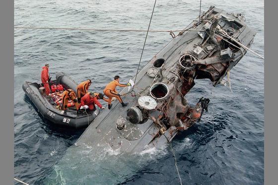 1998년 12월 남해안 침투도중 격침된 북한 반잠수정이 3개월 만인 99년 3월 거제도 남쪽 100㎞ 해상에서 해군의 해난구조대원들에 의해 인양되고 있다. 선체는 비교적 온전했으나 4~5명으로 추정되는 공작원시체는 심하게 부패돼 있었다. [거제=사진공동취재단]