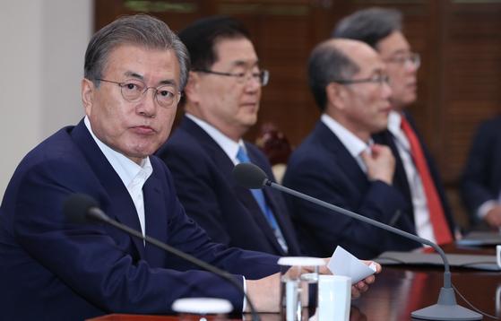 문재인 대통령이 15일 오후 청와대 여민관에서 열린 수석보좌관회의에 참석해 머리발언을 하고 있다. [청와대사진기자단]