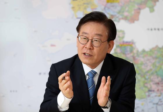 이재명 경기도지사가 핵심 정책 중 하나인 '기본소득형 국토보유세' 도입을 위한 첫 단계로 부동산 공시가격 제도 개선안을 국토교통부에 건의할 계획이라고 밝혔다. 김상선 기자