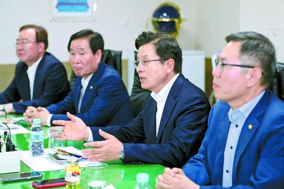 자유한국당 전현 지도부의 발길이 대구로 향했다. 황교안 대표는 16일 대구의 한 중소기업을 찾아 애로사항을 들은 뒤 '대구 경제살리기 토론회'에 참석했다. 그의 대구 방문은 '민생투쟁 대장정' 이후 67일 만이다. [뉴스1]