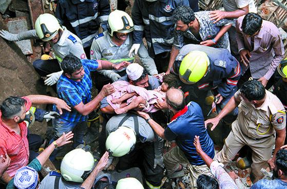 인도 폭우로 건물 붕괴 ... 최소 40명 매몰