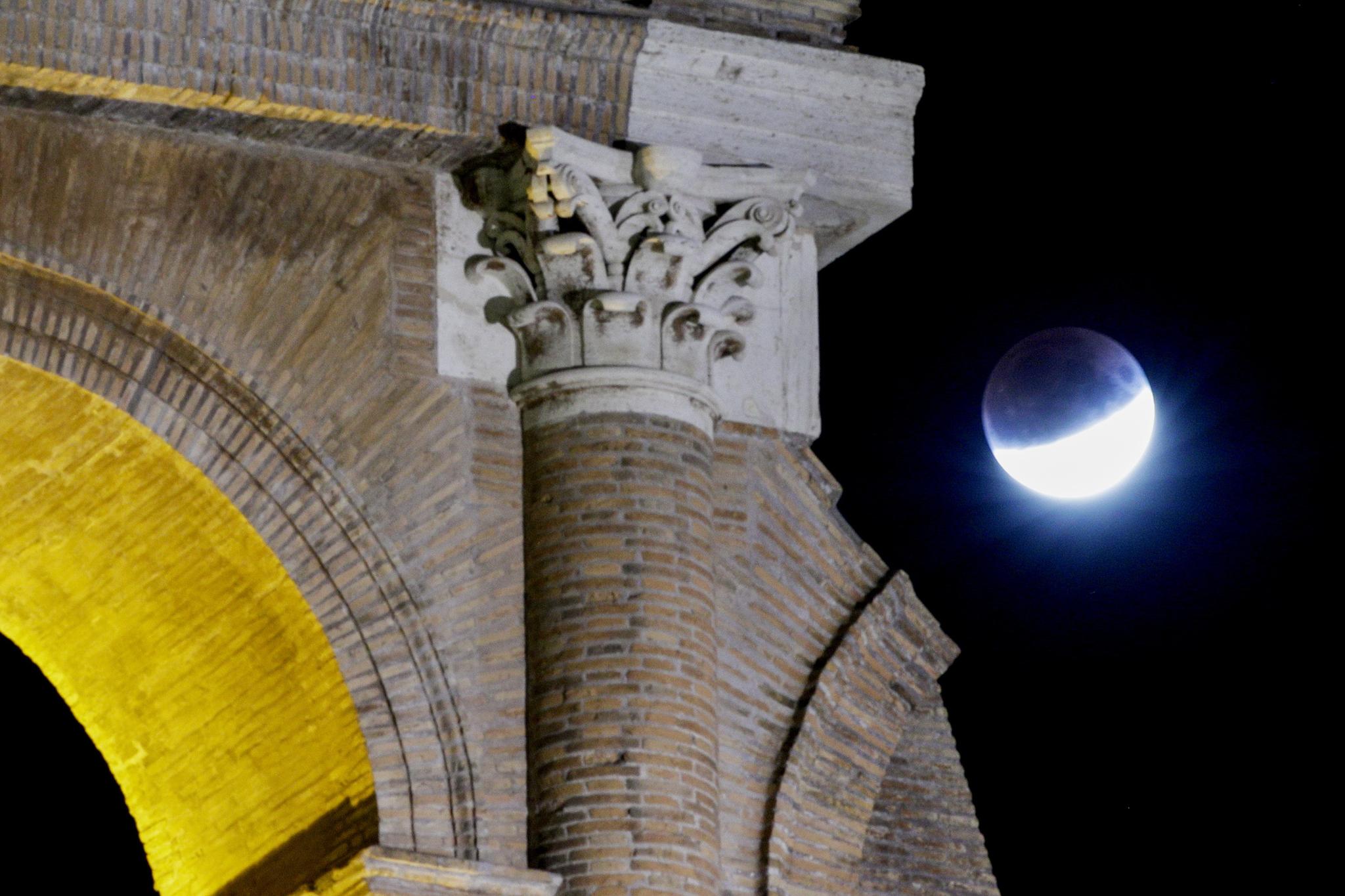 [서소문사진관] 콜로세움, 랜드마크, 영웅 동상 위에서 벌어지는 우주쇼
