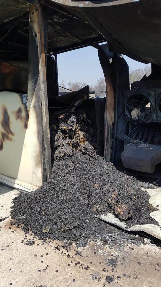지난 4월 발생한 고성ㆍ속초 산불 당시 불에 탄 이영숙(68·여)씨의 아로니아 냉동고. [사진 독자제공]