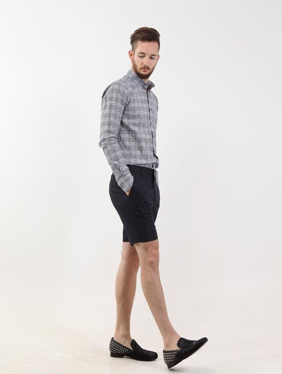 옷만 바꿔 입어도 체감하는 여름 더위가 확 다르다. 덜 더우면서도, 패션 테러리스트가 되지 않기 위해선 어떻게 입어야 할까. 사진은 반바지를 활용한 쿨비즈 패션. 단정한 팬츠에 로퍼를 매치했다. [사진제공=메종 드 테일러]
