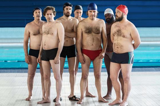영화 '수영장으로 간 남자들'에서 어쩌다 보니 수중발레에 도전한 위기의 중년들. 대회 참가에 의의를 두려던 그들의 소박한 계획은 열혈 코치로 인해 180도 달라진다. [사진 엣나인필름]