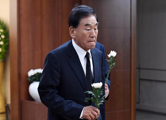 이재오 전 의원이 17일 서울 신촌 세브란스 병원 장례식장에 마련된 고 정두언 전 의원의 빈소를 찾아 조문하고 있다. [뉴시스]