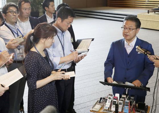 세코 히로시게 일본 경제산업상이 16일 각의를 마친 뒤 기자회견을 하고 있다. [AP=연합뉴스]