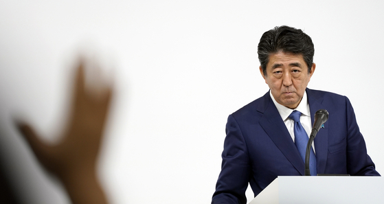 한국에 대한 일본 정부의 대응 강도가 날로 세지고 있다. 사진은 지난달 29일 아베 신조 일본 총리의 기자회견 모습. [EPA=연합뉴스]