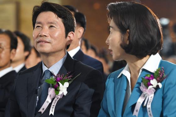 더불어민주당 이인영(왼쪽), 자유한국당 나경원 원내대표가 17일 오전 국회에서 열린 제71주년 제헌절 기념식에 참석해 대화하고 있다. [연합뉴스]