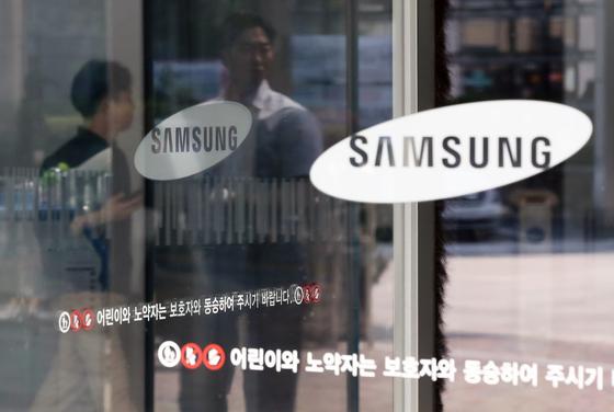 """최근 본사 구매팀 명의로 발송한 공문에서 삼성전자는 협력업체에 '일본산 소재 부품에 대해 90일 이상 재고를 확보해달라""""고 요청했다. [뉴스1]"""