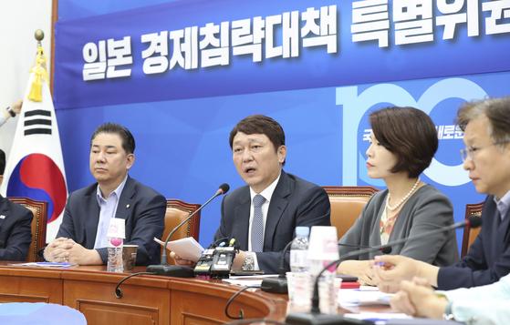 18일 국회에서 열린 더불어민주당 일본 경제침략대책 특별위원회 전체회의에서 최재성 위원장(가운데)이 발언하고 있다. 임현동 기자