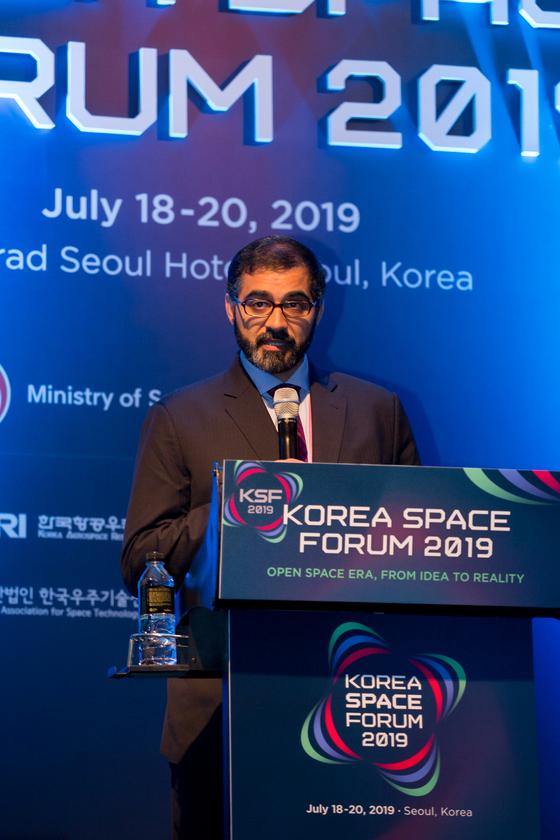 .아랍에미리트연합(UAE) 우주청의 나사르 알 하마디 국제협력담당관이 18일 코리아스페이스포럼에서 세계와 협력하는 혁신 우주전략이란 제목으로 UAE의 우주계획과 현황에 대해 강연을 하고 있다. [사진 과학기술정보통신부]