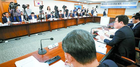 최종구 금융위원장(오른쪽)이 17일 오후 서울 중구 은행연합회 중회의실에서 열린 동산금융 활성화 1주년 계기, 은행권 간담회에 참석해 모두발언을 하고 있다. [뉴시스]