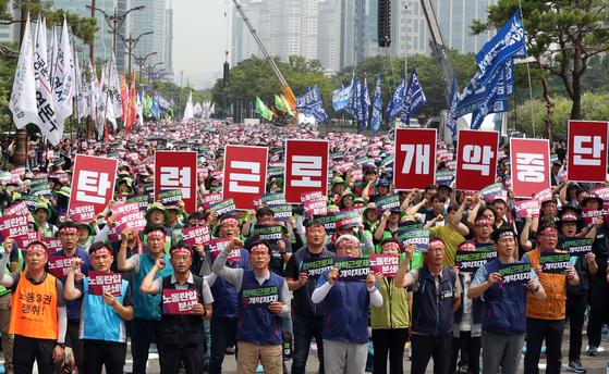 총파업에 들어간 민주노총 조합원들이 18일 오구 서울 여의도 국회 앞에서 노동법 개악 저지등을 요구하며 집회를 열고 있다. 변선구 기자