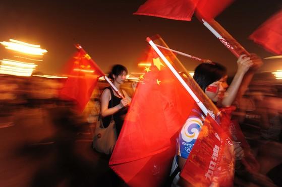 중국 여성들이 직면한 남녀 차별 강도가 세지고 있다고 뉴욕타임스가 17일 보도했다. 사진은 베이징올림픽 개막식이 열린 8일 천안문 광장에 나온 중국 여성들. 사진은 기사 내용과 관계 없음. [베이징=올림픽사진공동취재단]