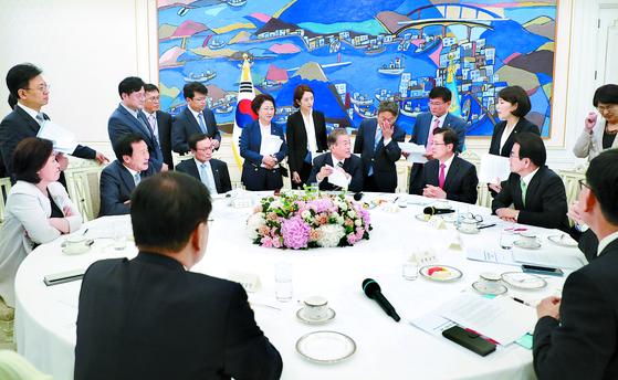 문재인 대통령과 각 정당 대표를 비롯한 대변인들이 18일 오후 청와대 본관 인왕실에서 합의문에 대해 논의하고 있다.[청와대사진기자단]