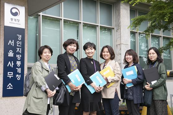 박귀순 팀장(왼쪽 셋째)과 통계청 서울사무소 조사요원들. [통계청]
