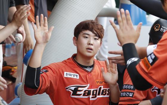 6월 21일 삼성전에서 득점을 올린 뒤 동료들과 하이파이브를 하는 정은원. [뉴스1]